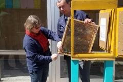 Jetzt wird der Bienenschaukasten installiert.